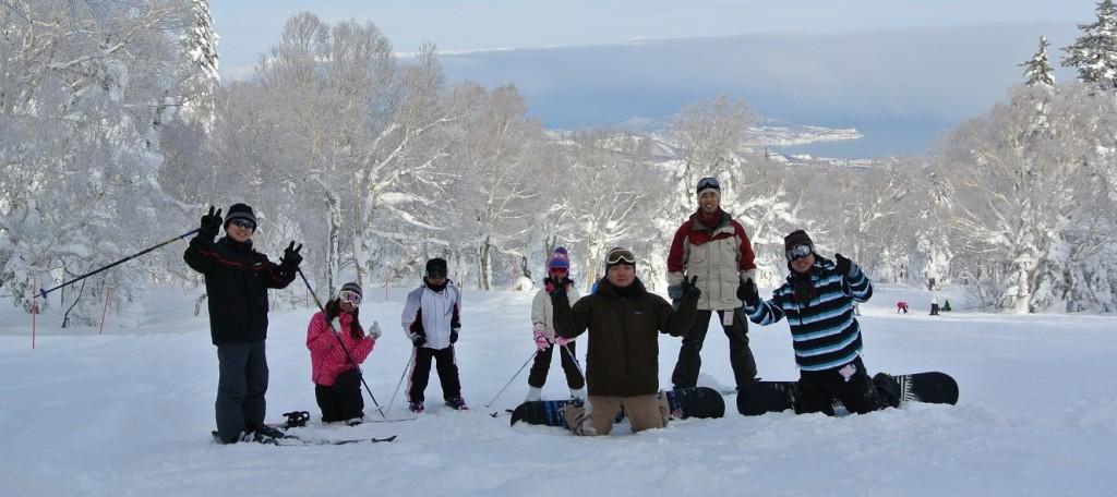 松本主任、長束係長、宮本主任、本間課長、太田、さらに子供たちを含めて8人でスキー・スノボを満喫しました!